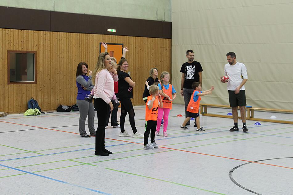 Viele Eltern beteiligten sich beim Training